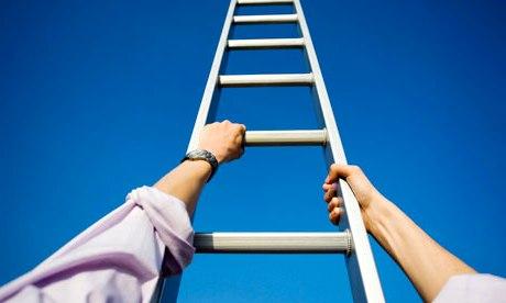 arti-mimpi-naik-tangga-kayu-patah-dan-roboh